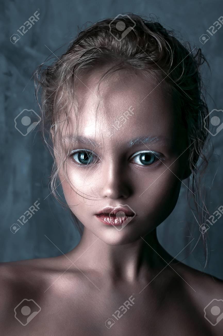 Halloween Visage De Poupee Belle Fille Avec Parfaite Maquillage Et