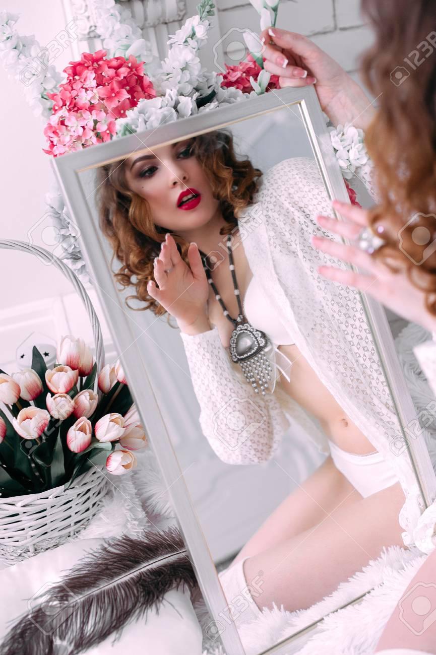 Schone Junge Frau Die Haare Mit Blumen Verziert Perfekte Make Up