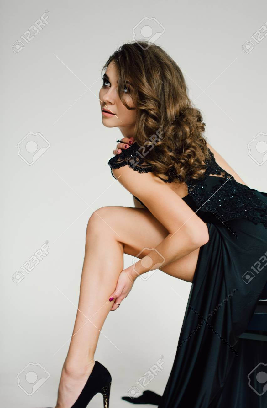 separation shoes 5f5cf f5098 Individualità. Signora Elegante Pensieroso in abito da sera in abito nero.  Fotografia ritoccata da studio.