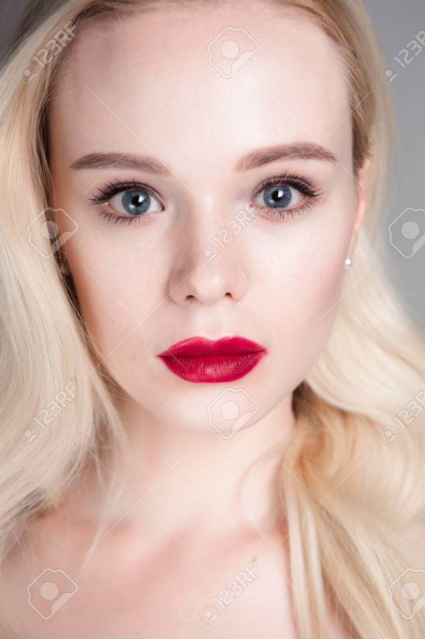 Beauty Modell Mädchen Mit Perfekten Make Up Rote Lippen Und Blaue