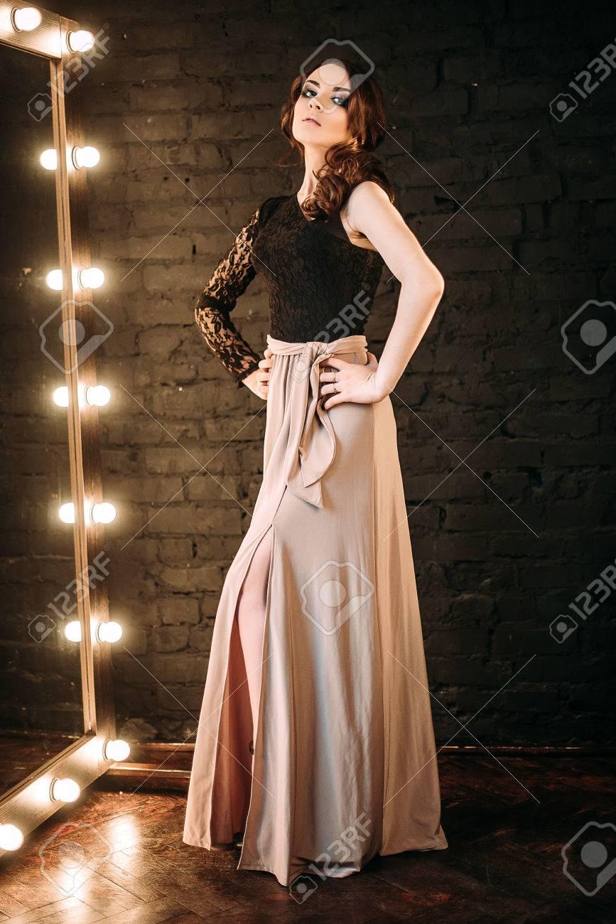 Individualität. Nachdenkliche Elegante Dame Im Schwarzen ...