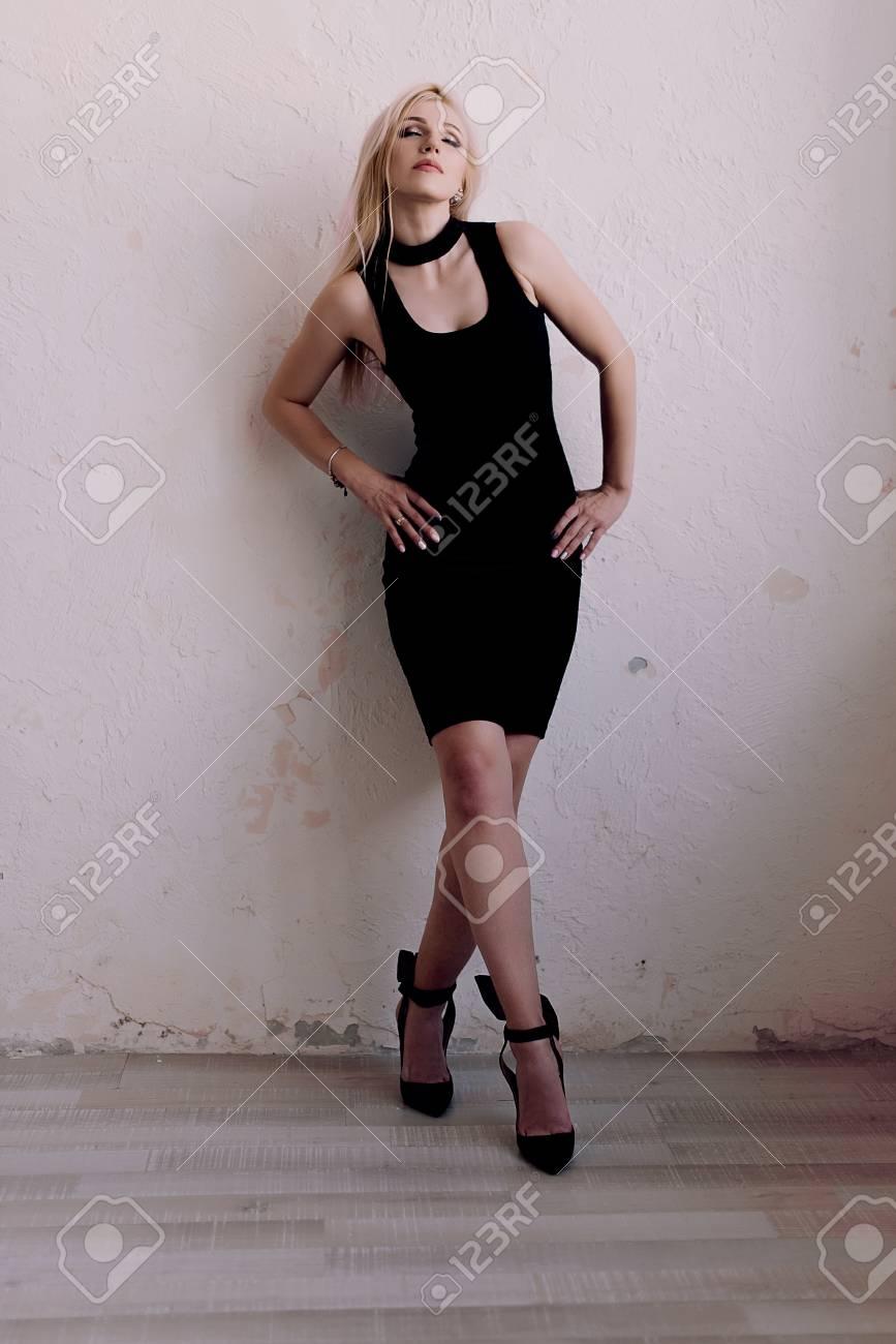 size 40 08b71 37320 Elegante moda sensuale donna bionda di mezza età in abito nero. Tiro di  ritratti di moda