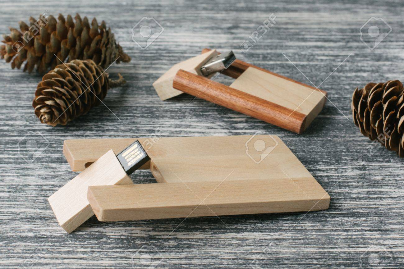 GroBartig Kreative Holz USB Stick Auf Dunklem Hintergrund. Holz USB Flash Laufwerke
