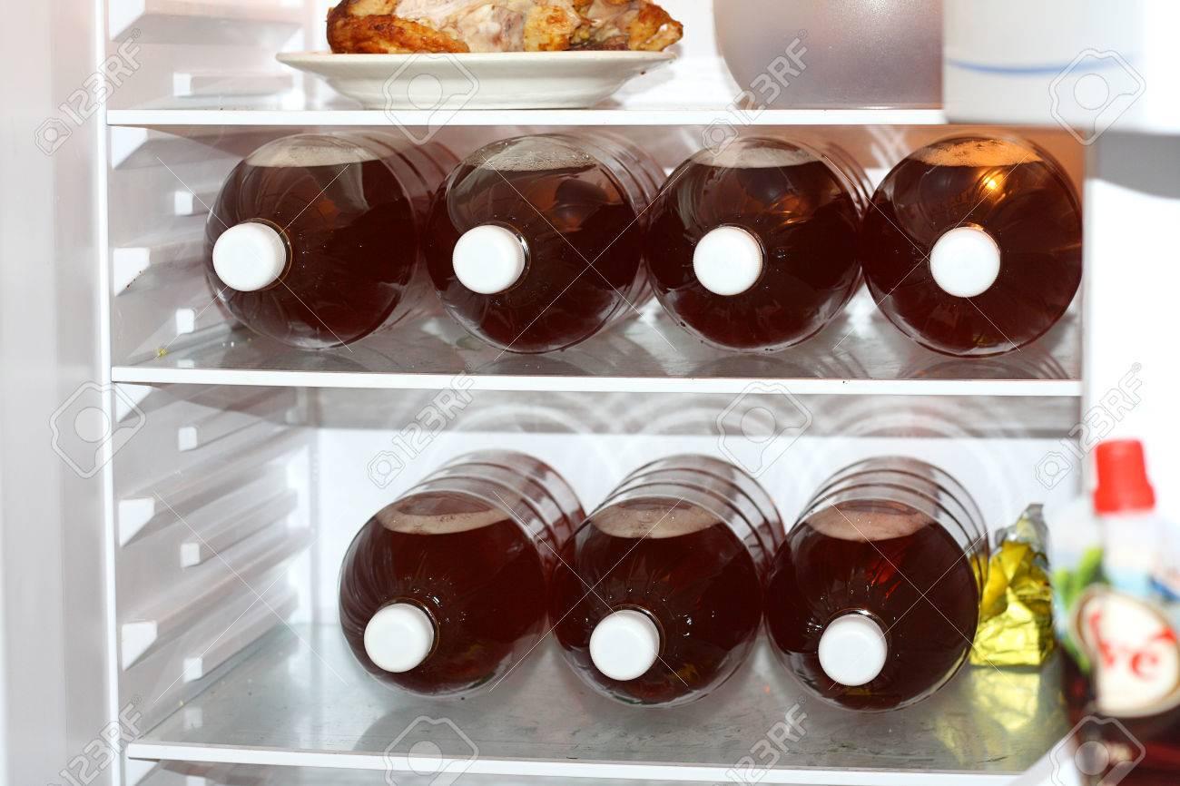 Mini Kühlschrank Für Flaschen : Mini kühlschrank voller flaschen alkoholfreies bier lizenzfreie