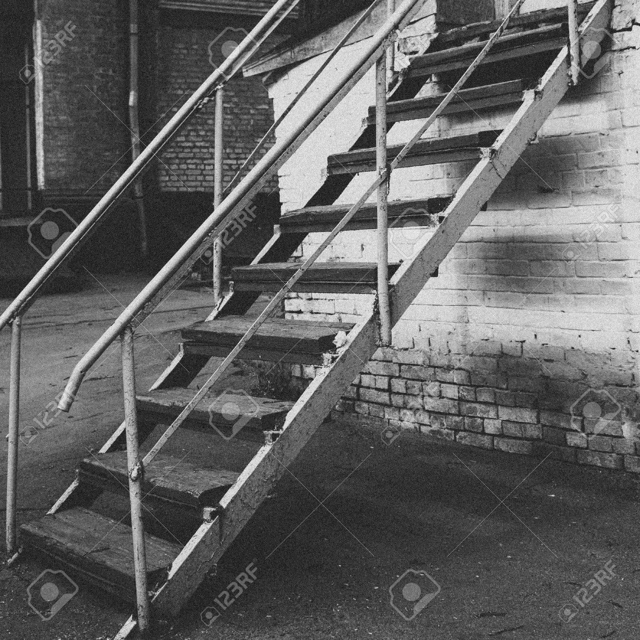 Façade de brique avec fenêtres et escaliers Escalier de rue Mur de briques  blanches