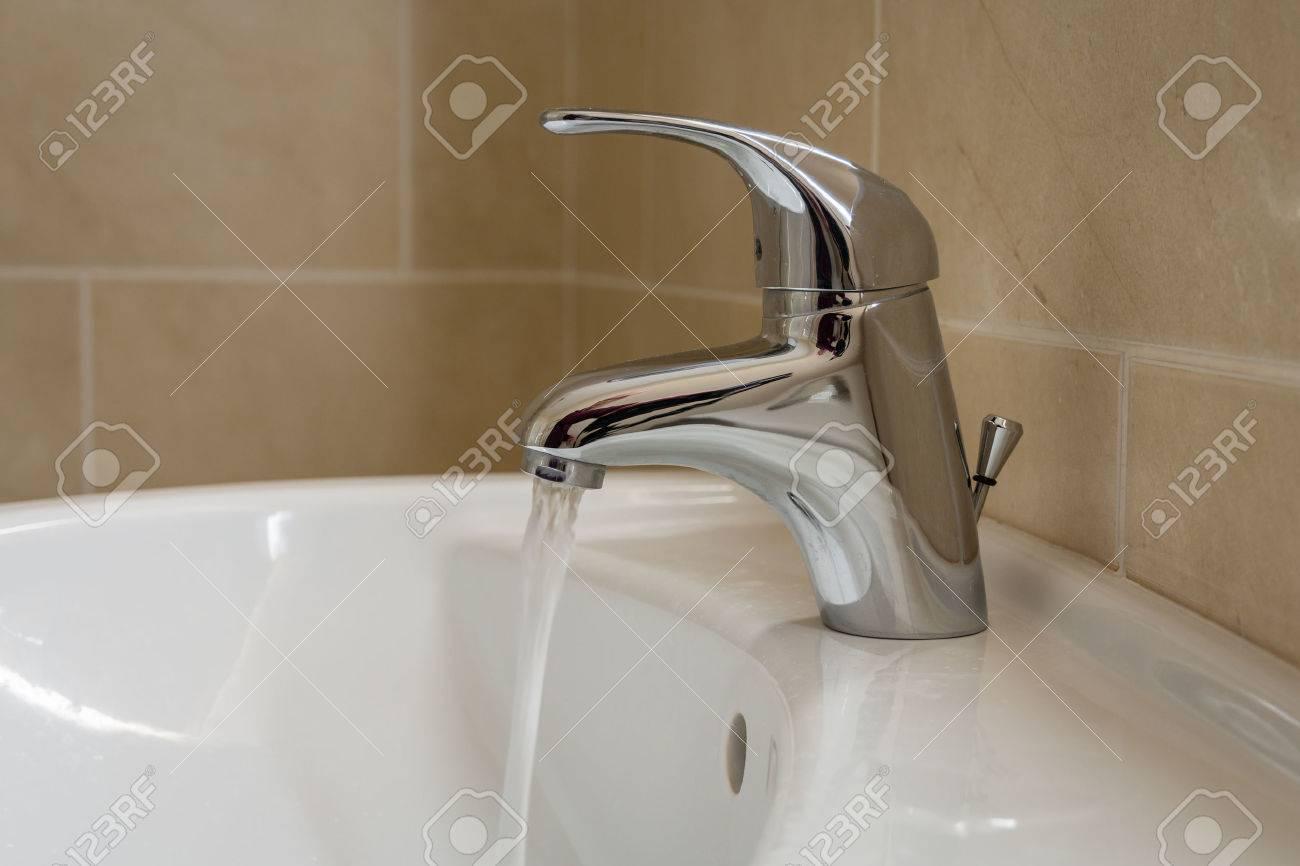 Badkamer wastafel kraan met stromend water eéngreeps monobloc