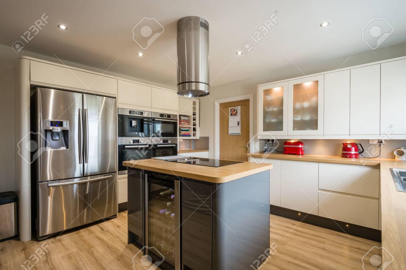 Cucina Moderna Con Isola, Unità Di Lucentezza Alta E Gli Angoli ...