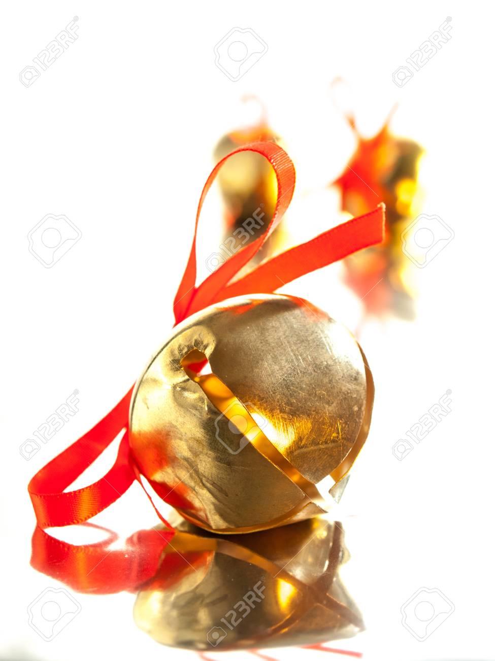 Glänzenden Goldenen Schlitten Glocke Mit Roter Schleife Auf ...