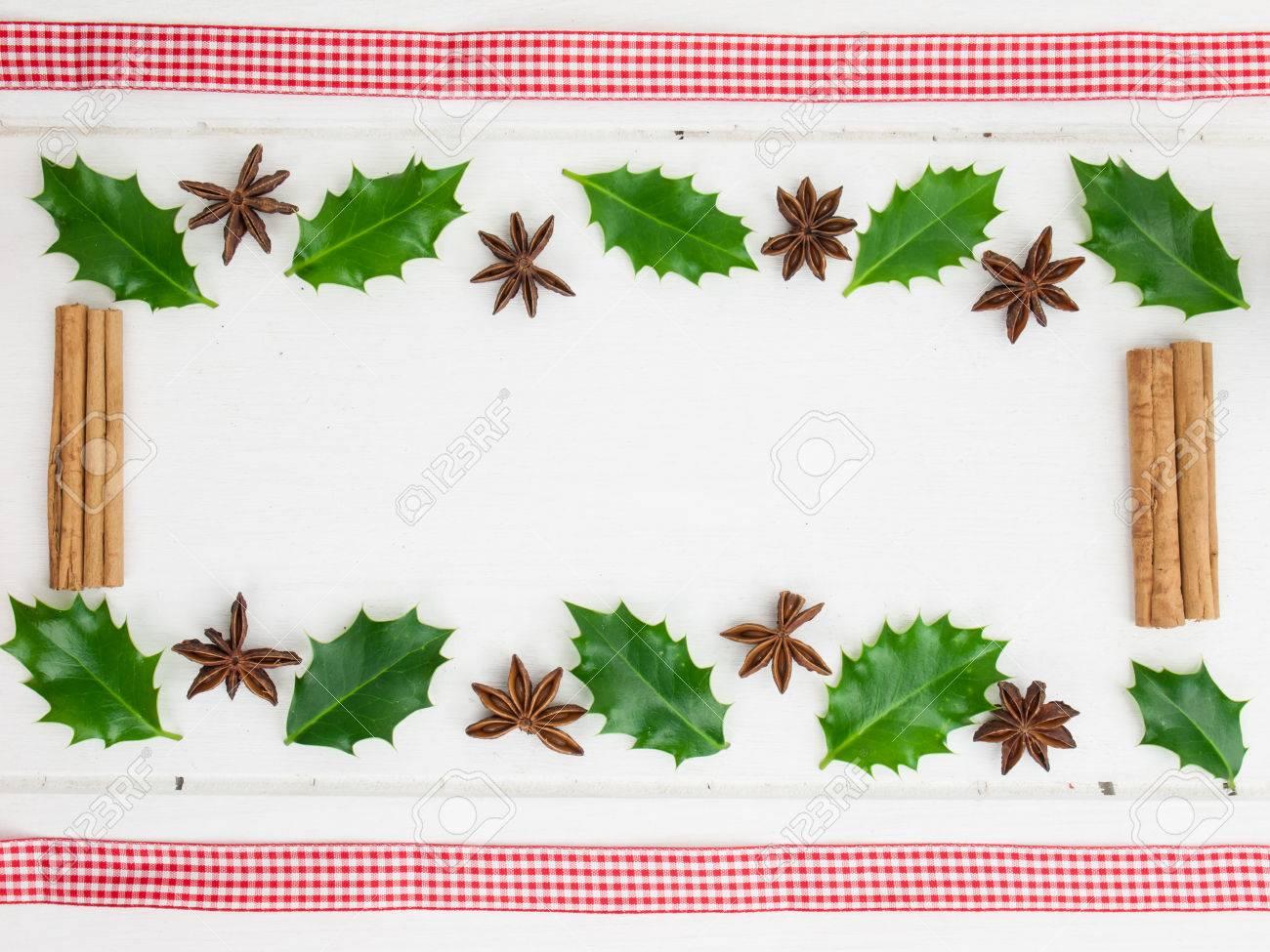 Rahmen Der Stechpalme Blätter, Zimt-Sticks Und Sternanis Mit Karo ...
