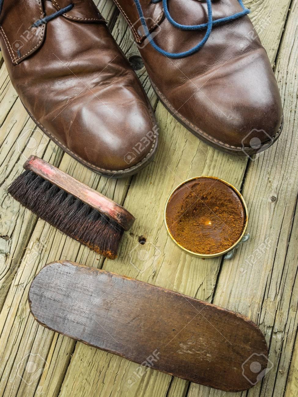 Bois Sur Avec Noués En Et Un Des Cuir Chaussures Ans Brosses Vieilles Fond Anciennes Marron Du Cirage De lcFJK1T3