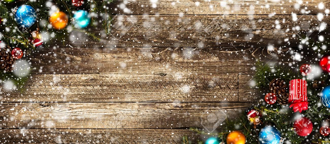 Frohe Weihnachten Rahmen Mit Schnee Und Echtholz-grüne Kiefer, Bunte ...