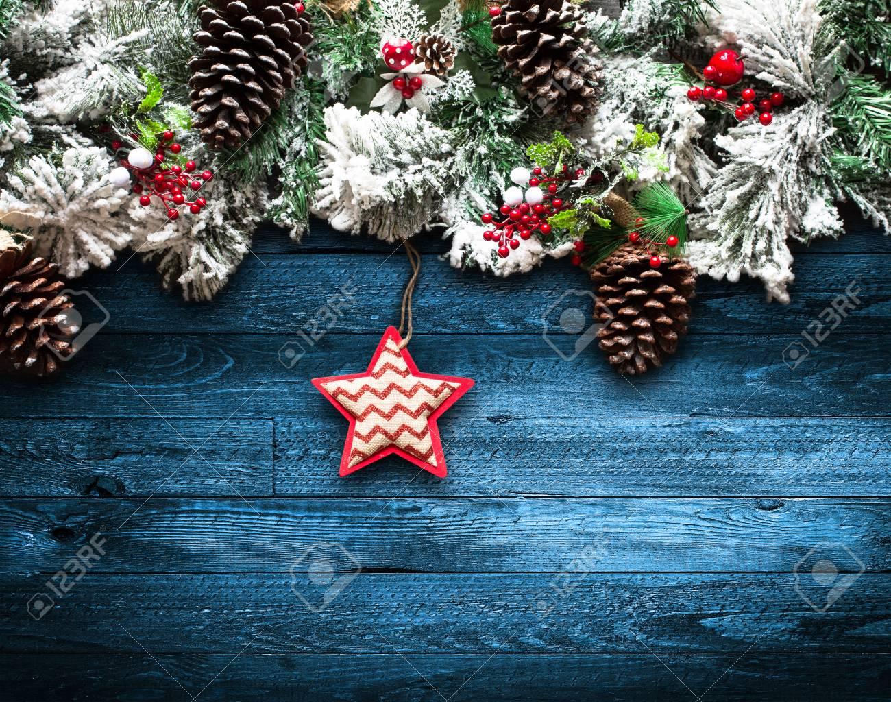 Frohe Weihnachten Rahmen Mit Grünen Kiefern, Bunte Kugeln, Knoten ...