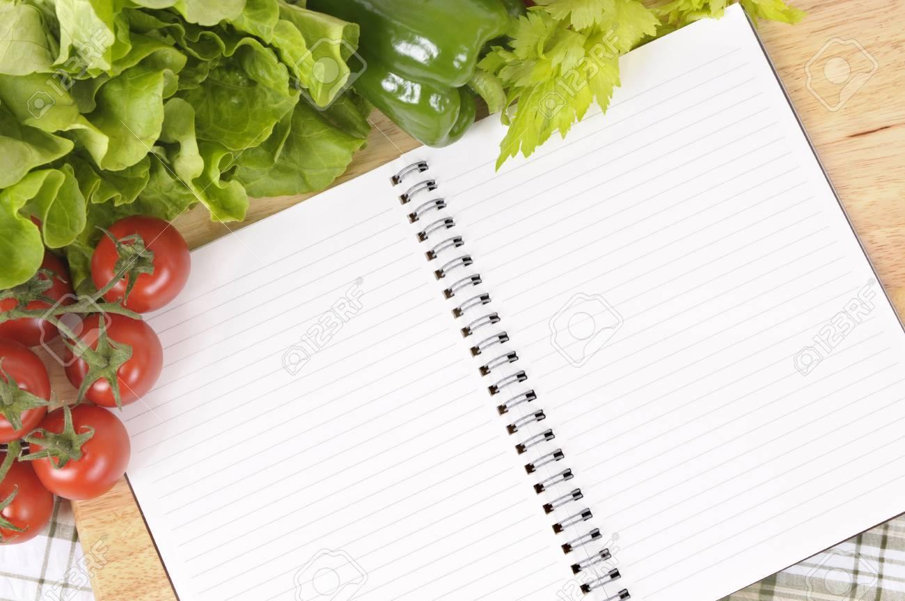 Selection De Salade De Legumes Avec Le Livre De Recette Vierge Ou Liste D Achats Sur Une Nappe A Carreaux Vert Avec Planche A Decouper En Bois