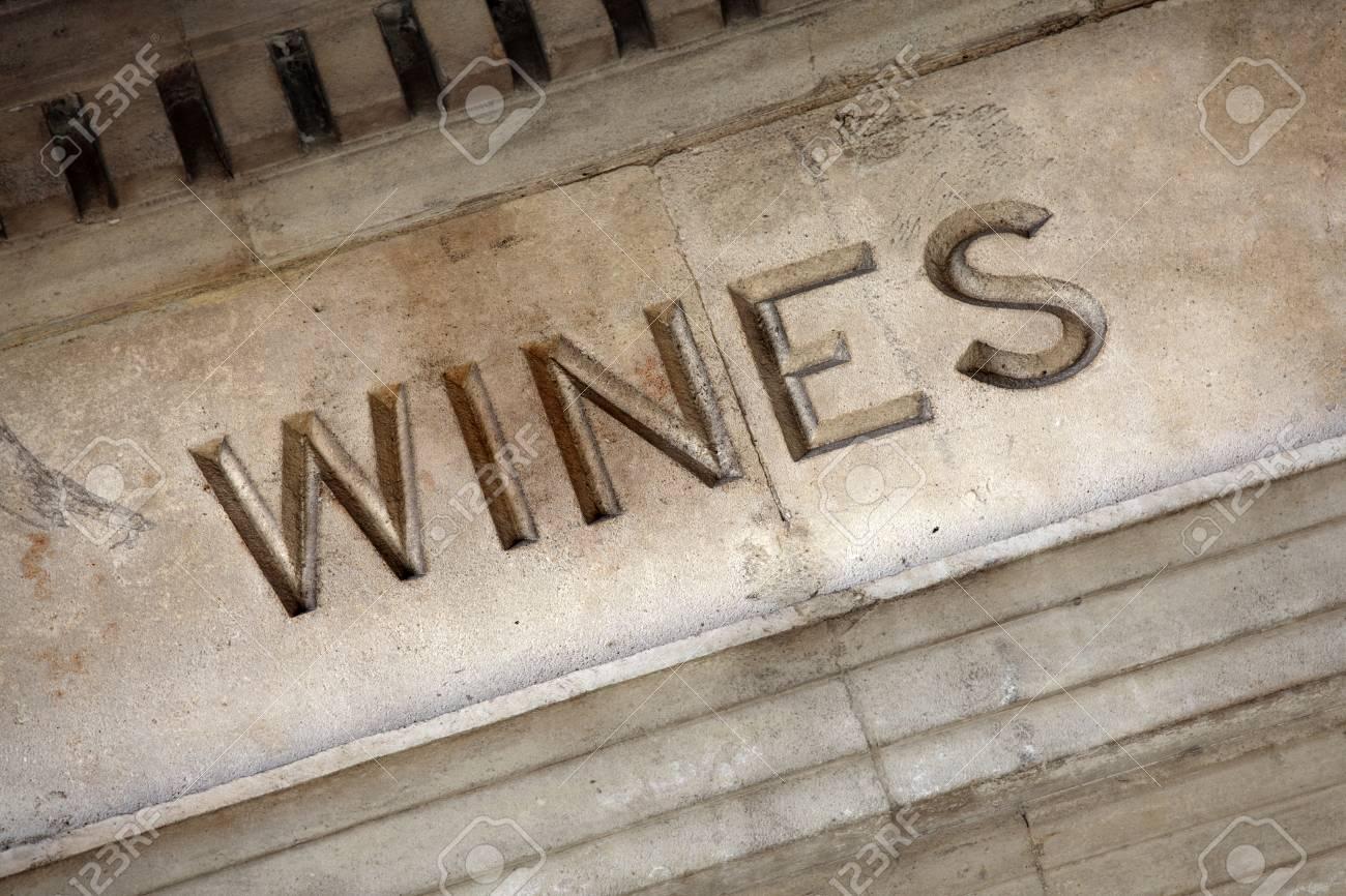 Cave A Vin Creusée très vieille enseigne du vin creusée dans l'entrée de pierre d'une