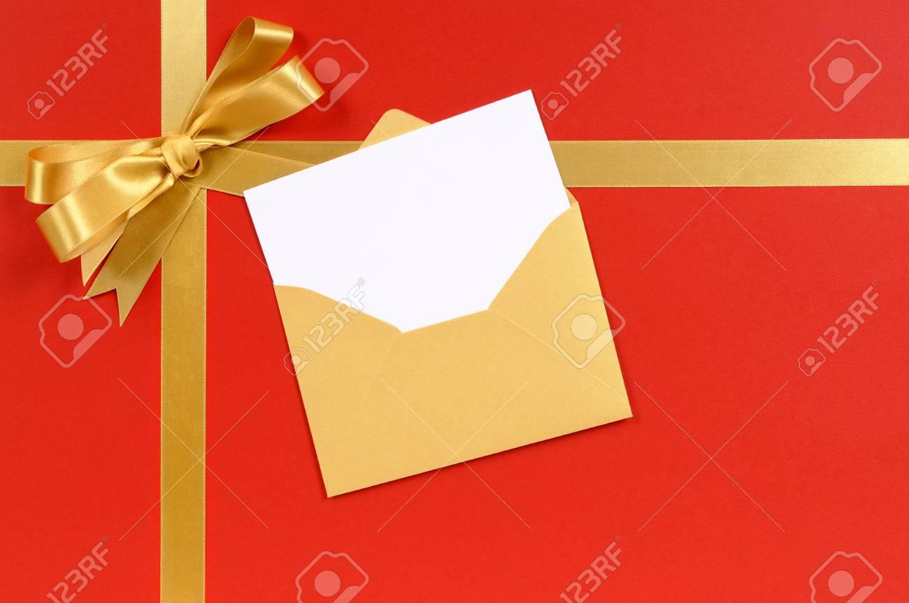 Cadeau De Noël Rouge Et Or Avec Une Invitation Ou Une Carte De Voeux Vierges
