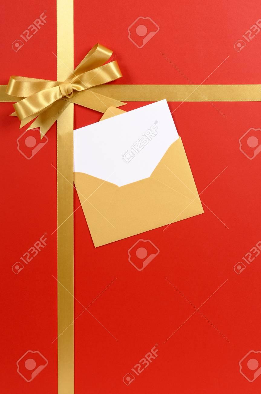 Fond Rouge Or Ruban Cadeau De Noël Arc Avec Invitation Vierge Ou De La Carte Verticale Salutations