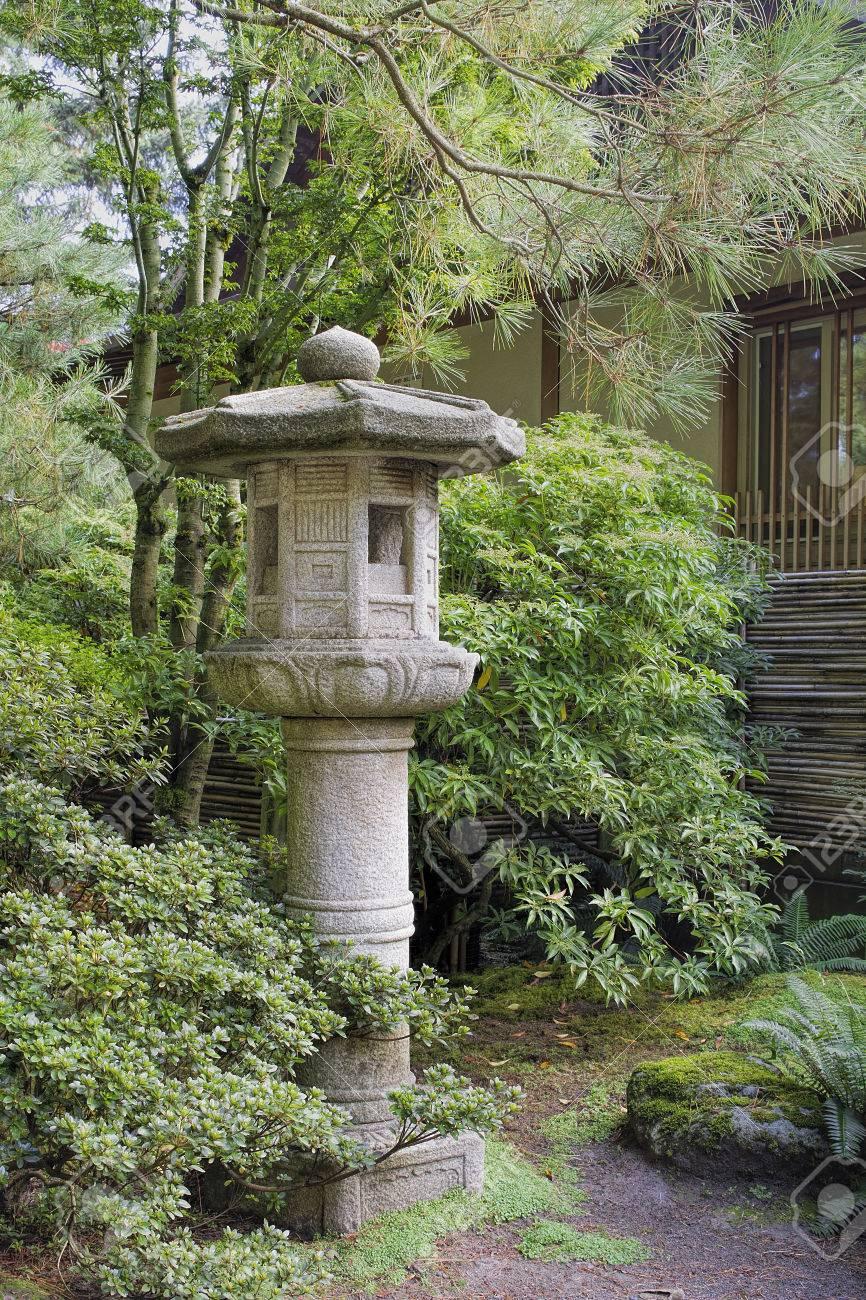 Japanische Steinlaternen Im Garten Mit Pflanzen Und Bäume Sträucher