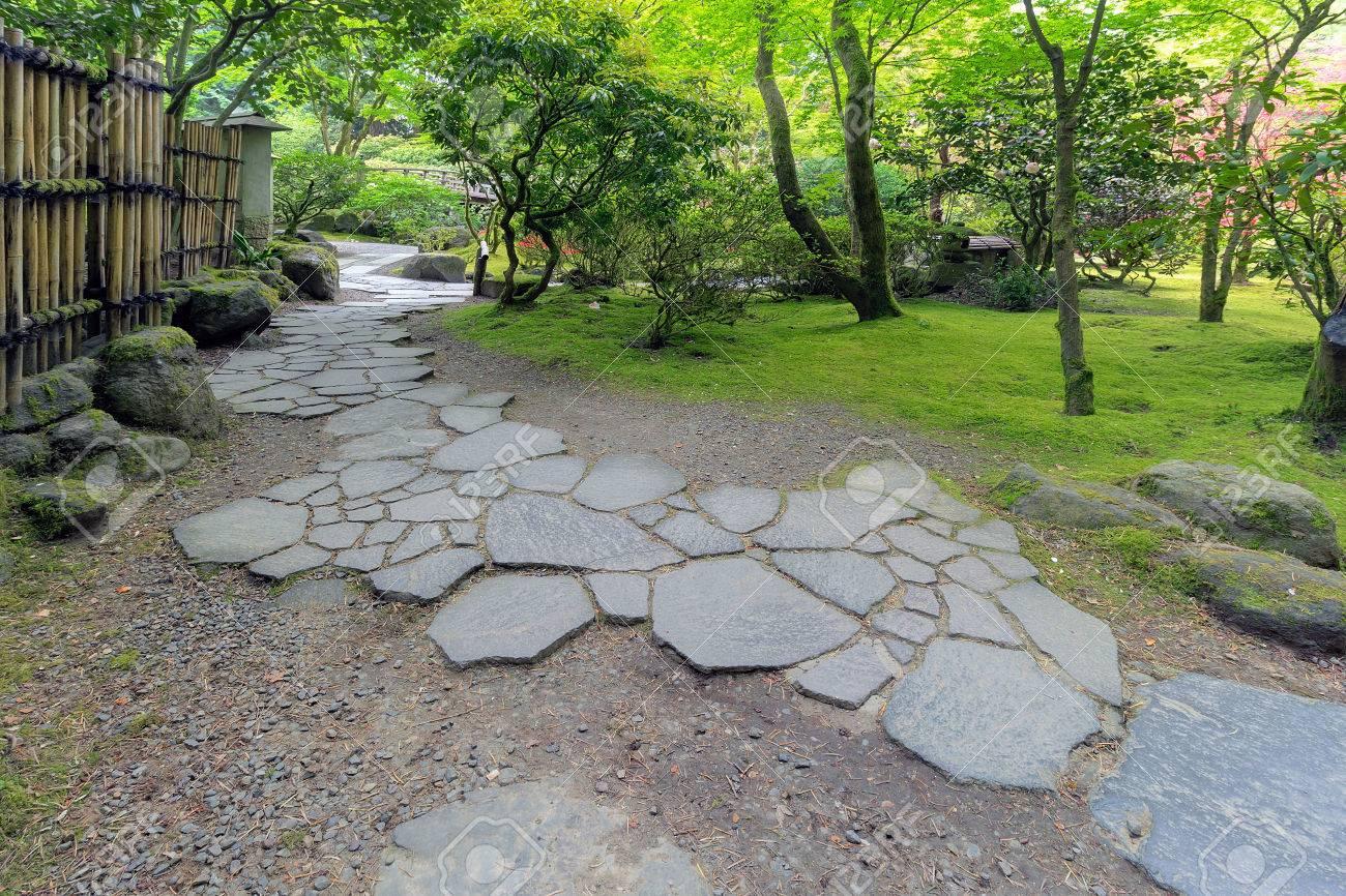 pierre chemin walkway avec une clôture en bambou et l'aménagement