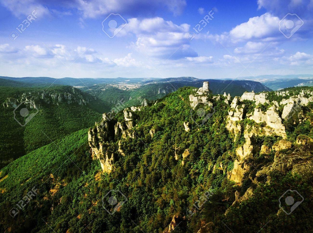Vers la fin de Daech ? 15905914-calcaire-affleurent-Montpellier-le-Vieux-le-Causse-M-jean-plateau-de-la-montagne-Parc-national-des-C-Banque-d'images