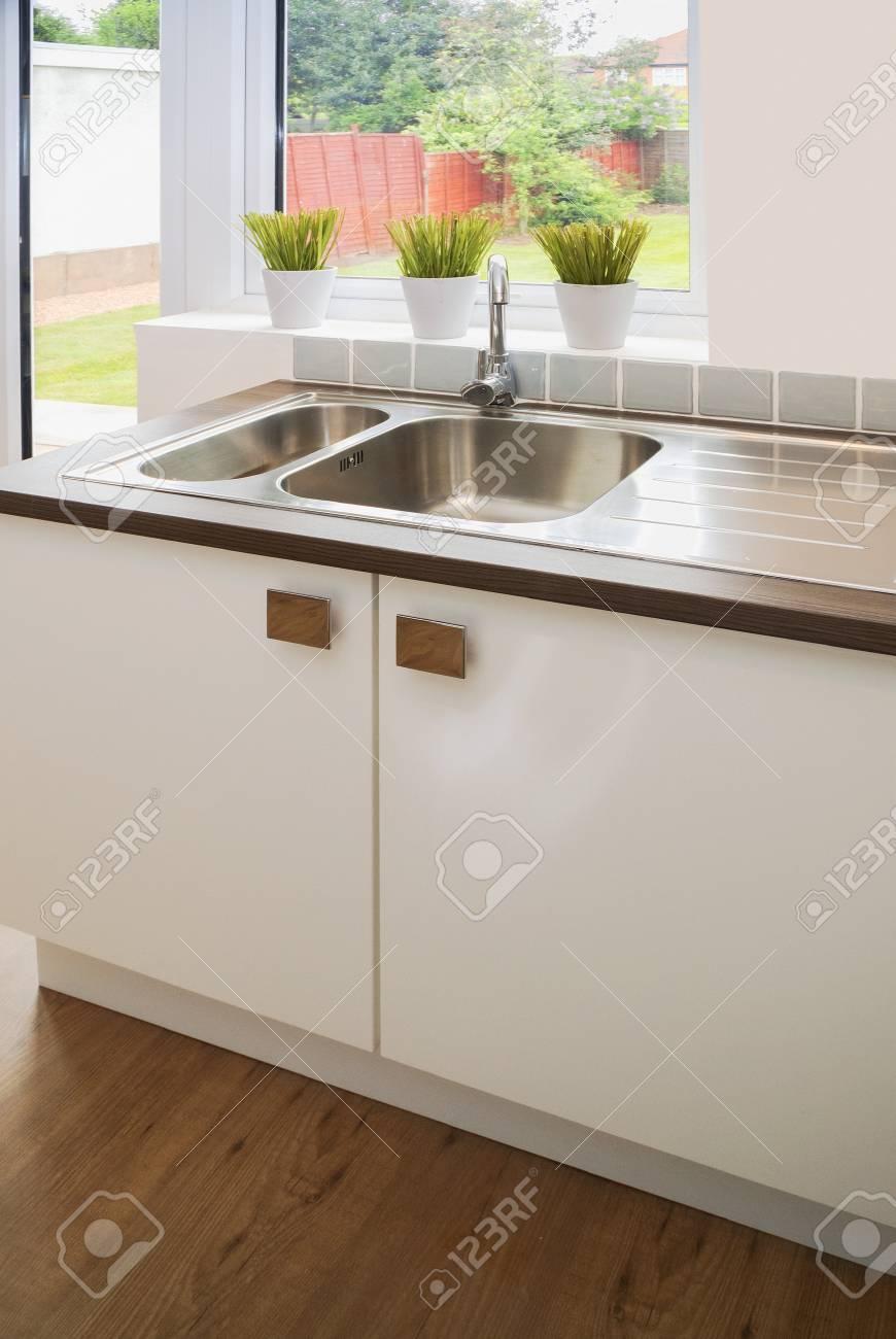 Cucina con elettrodomestici e tavoli