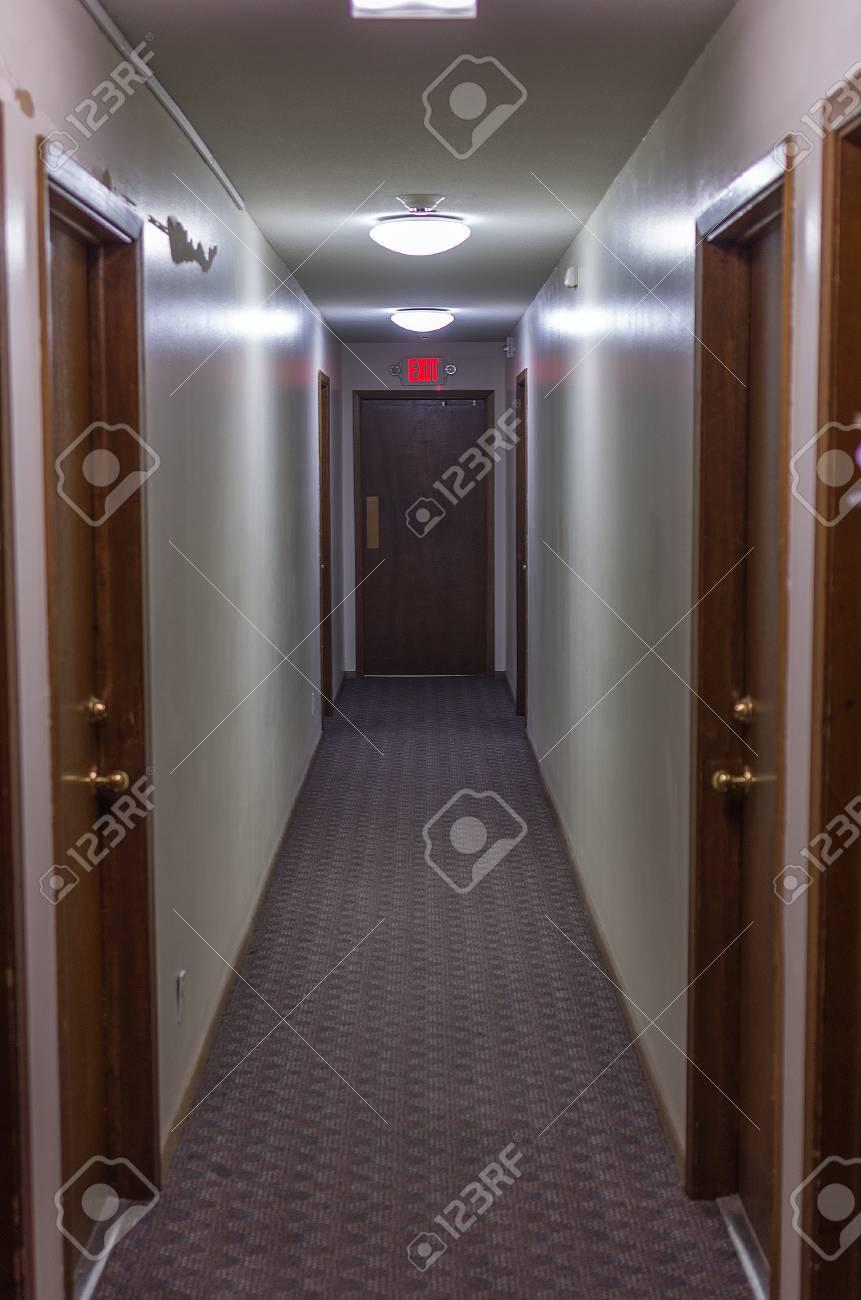 Portes de l\'appartement dans un couloir d\'appartement résidentiel