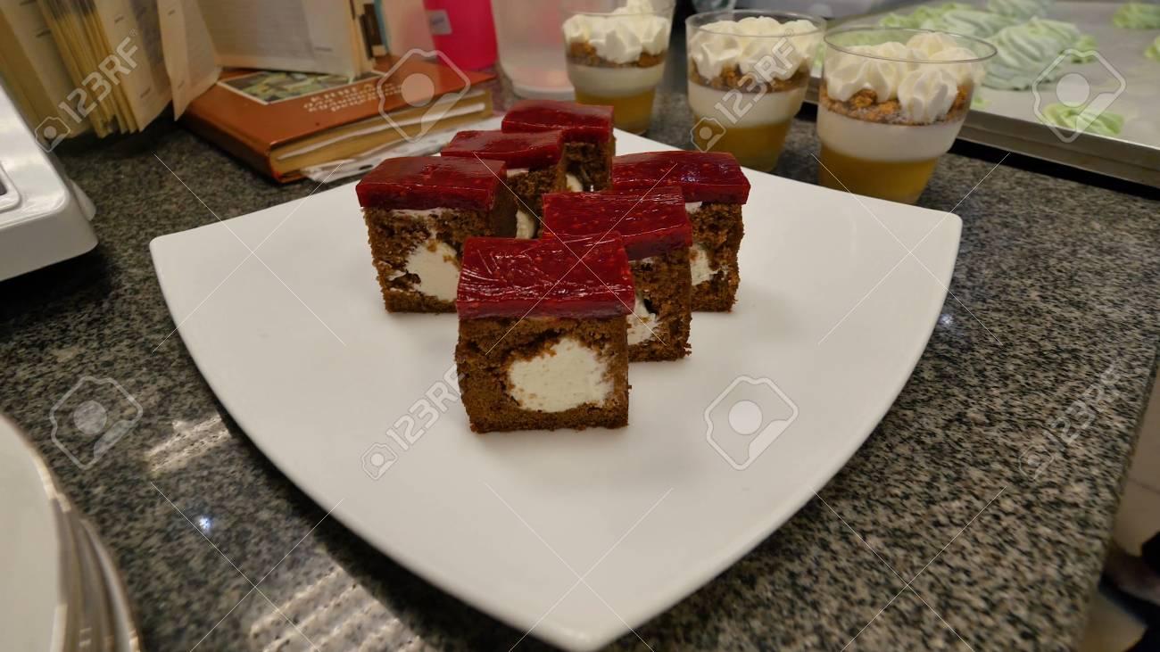 Leckere Kuchen Auf Dem Tisch In Der Kuche Leckere Kuchen Viel Kuchen Gekocht