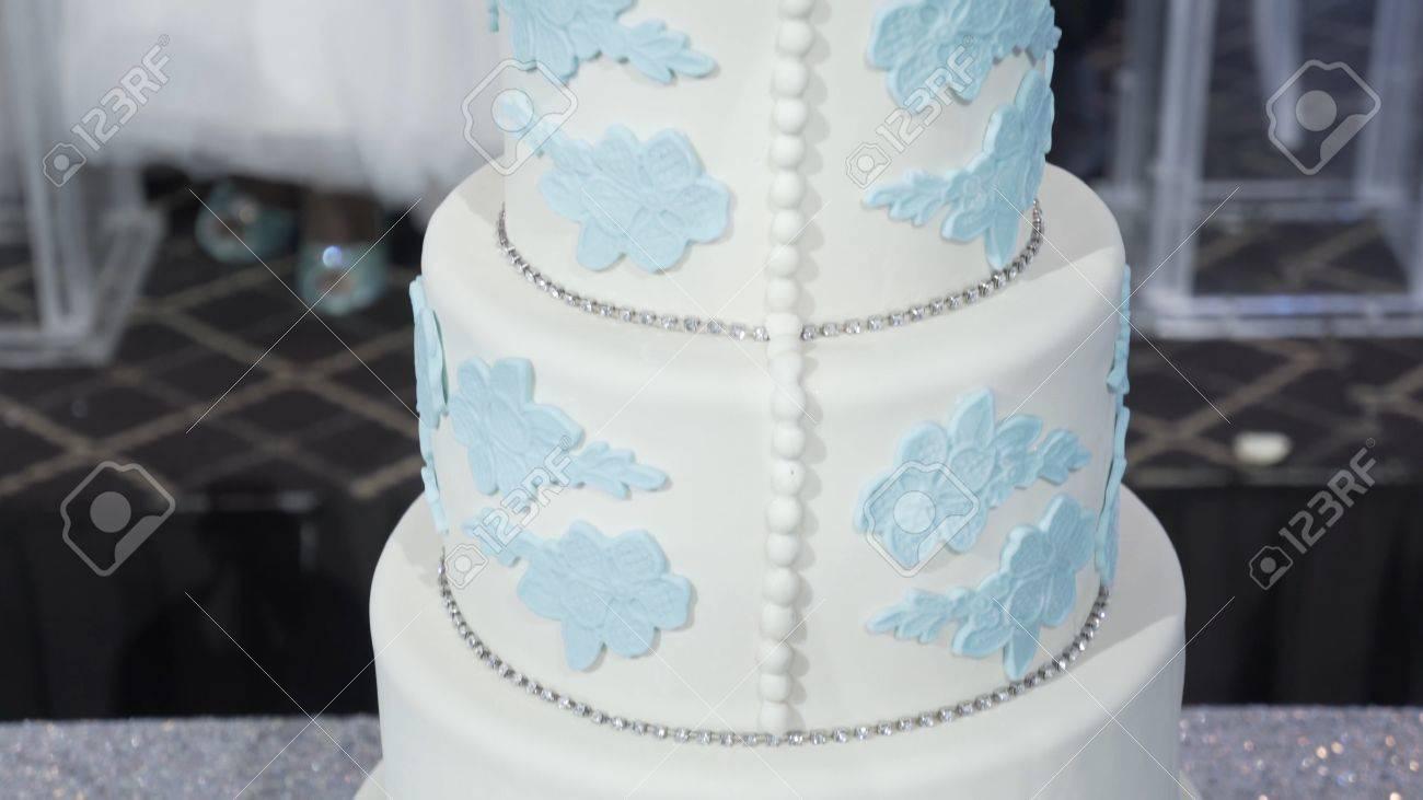Eine Mehrstufige Weisse Hochzeitstorte Auf Einer Silbernen Basis Und