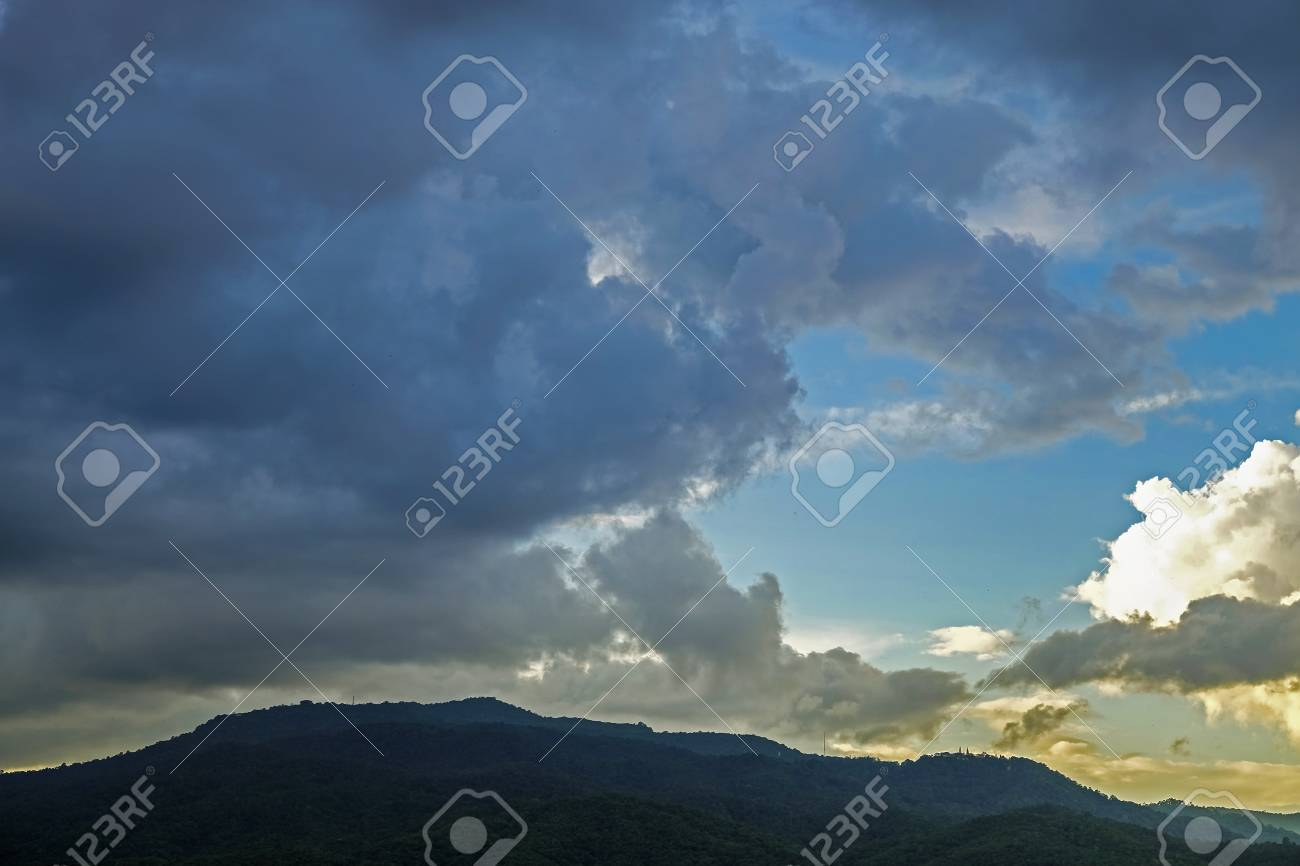 Tormenta Y La Lluvia De Nubes En Movimiento Más Allá De La Montaña
