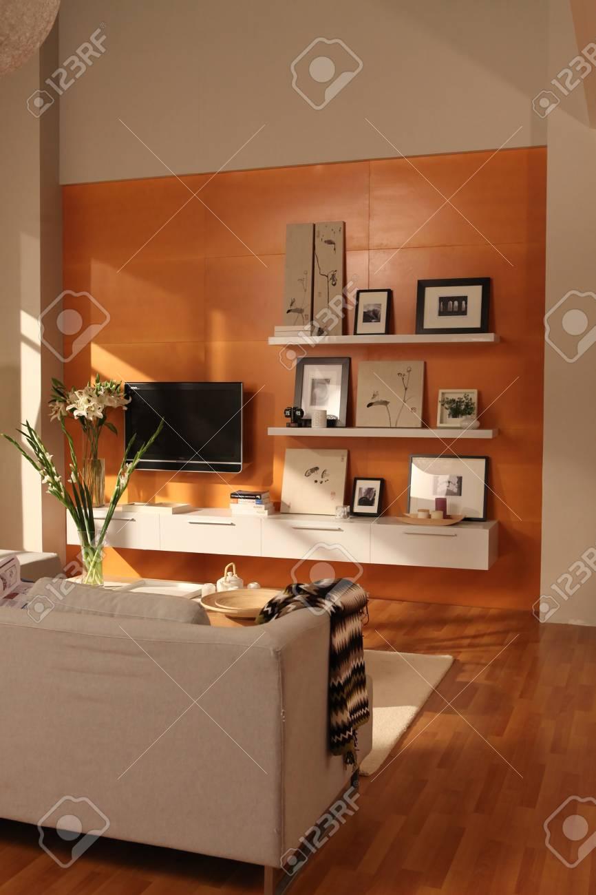 Banque Du0027images   Conception De Salon Moderne Avec Canapé Avec Mur De  Couleur Orange
