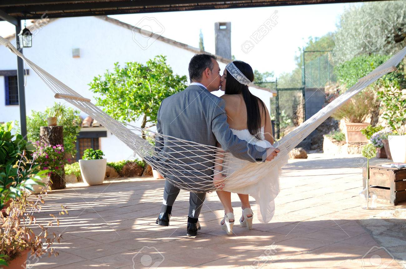 Marié Mariée Baisers Assis Dans Une Corde Hamac Sur La Terrasse D
