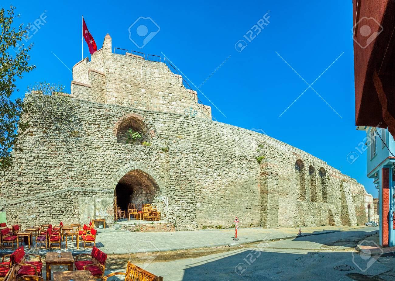 イスタンブールのコンスタンティノープルの有名な古代の城壁跡 の写真 ...