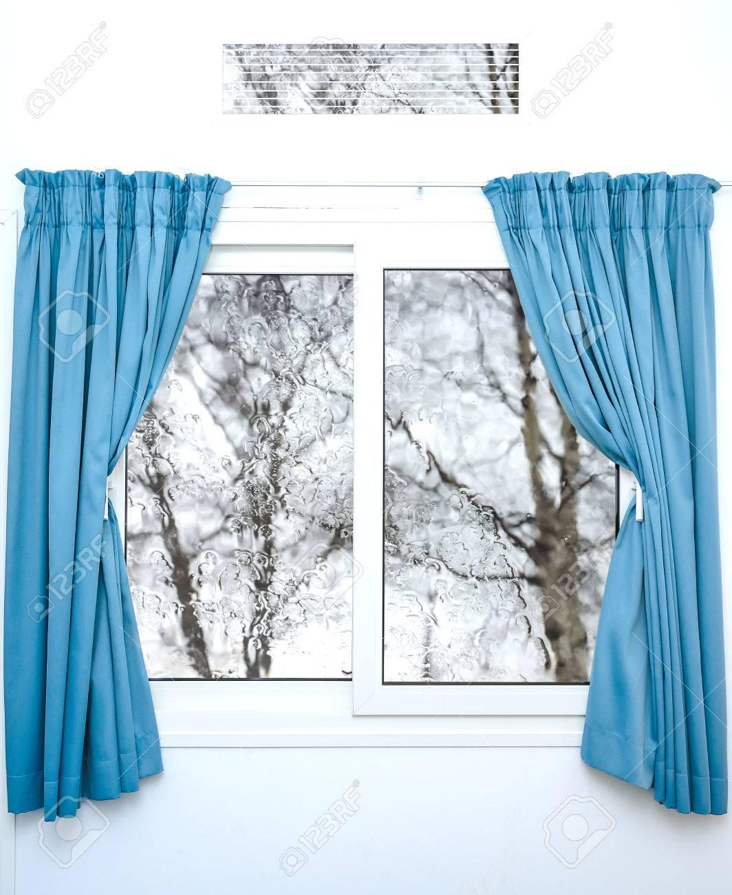 Blanc Fenêtre Avec Des Rideaux Bleus Sur Un Jour De Pluie Banque D ...