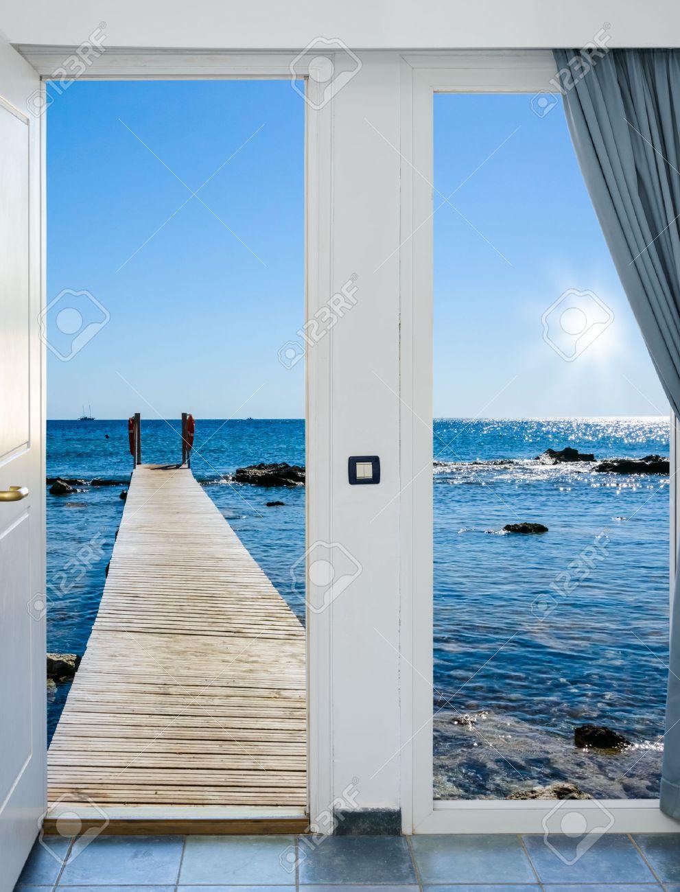 Blick aus dem fenster meer  Der Blick Aus Dem Offenen Fenster Auf Dem Meer Mit Einem Kai ...