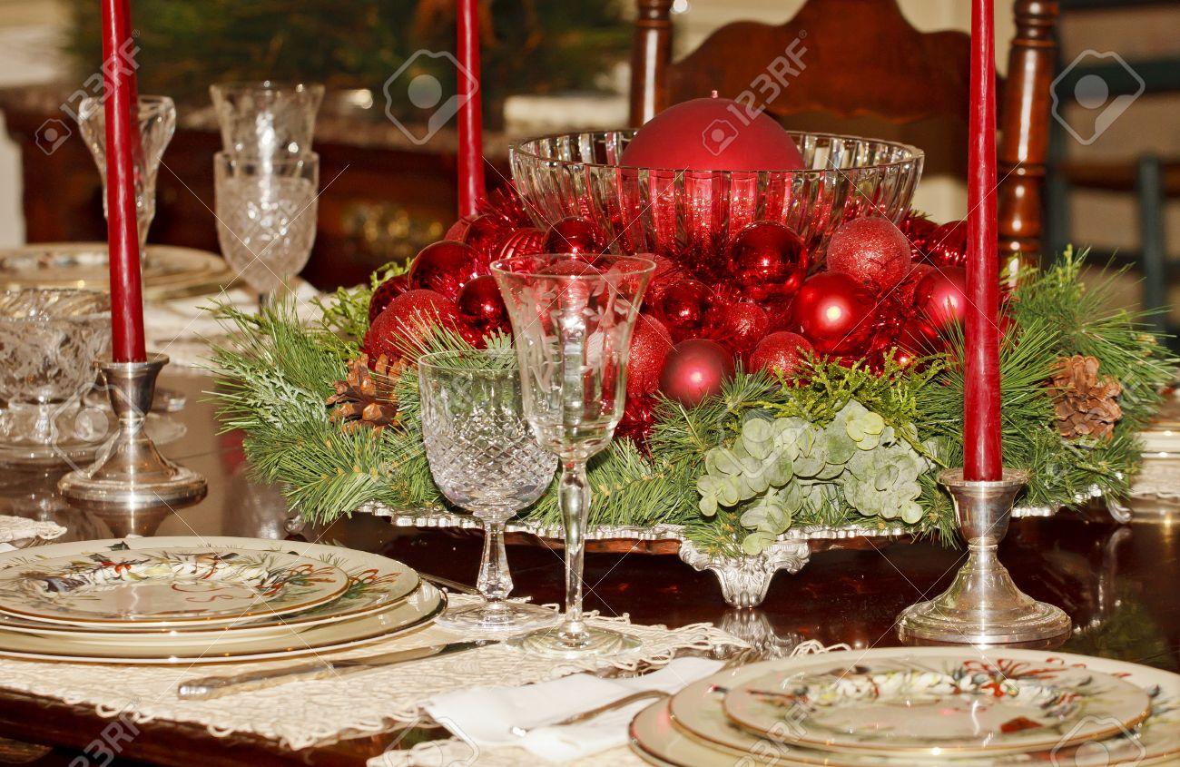 una mesa de comedor formal decorado para una cena de navidad foto de archivo