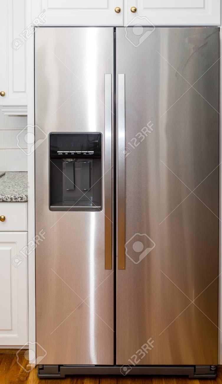 moderner edelstahl kühlschrank mit digitalanzeige lizenzfreie