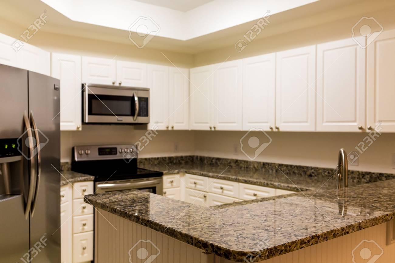 Großartig Kleine Küche Weißen Schränke Edelstahl Geräte ...