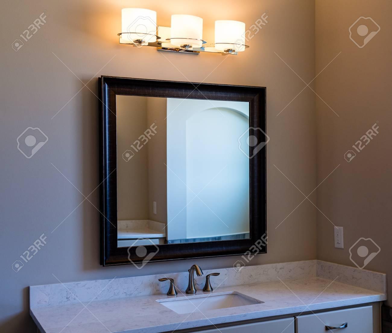 Un bagno moderno con Specchio da toilette e luci