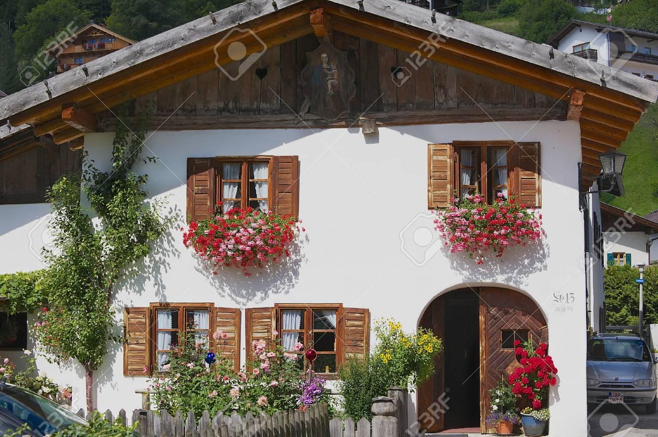 Esterno Casa Di Campagna mittenwald, germania - 1 ° settembre 2010: esterno di una casa di campagna  tradizionale bavarese a mittenwald, in germania.