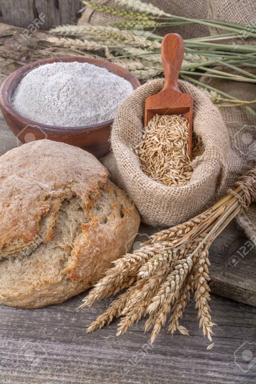 621d8a92dfc Banque d images - Pain domestique et saine composée de farine de grain multi  céréales