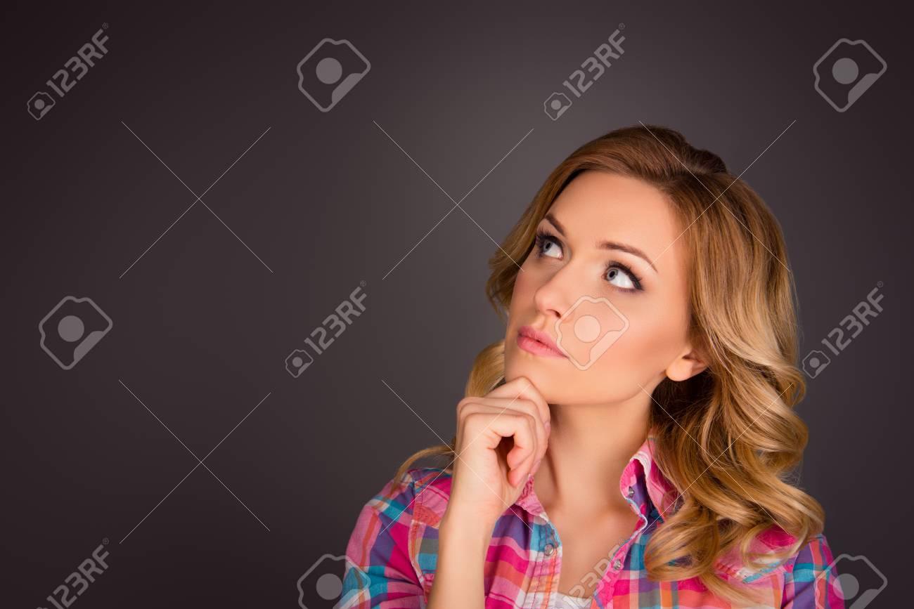 Sognare ragazza con capelli ricci