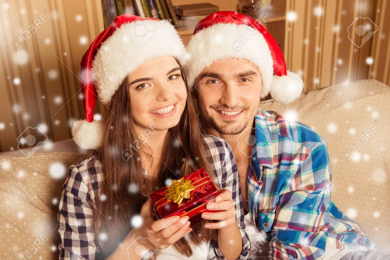 Glückliche Junge Paare In Den Sankt-Hüten Hält Ein ...