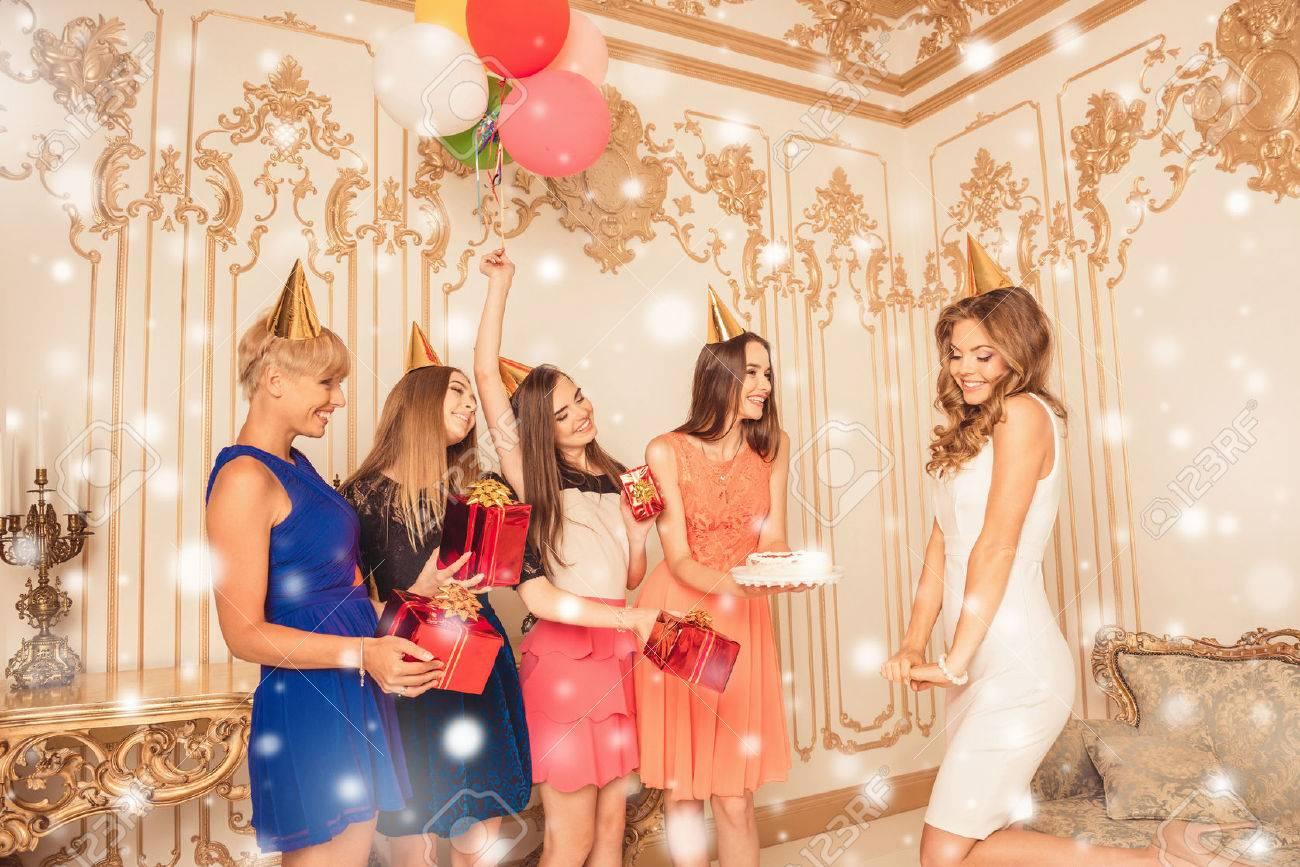 Gruppe Von Mädchen Mit Kuchen Und Geschenke Zu Beglückwünschen Ihren ...