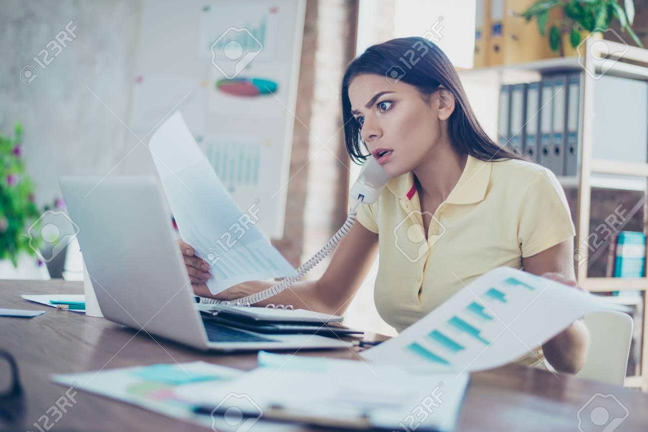 Ufficio In Latino : Giovane businesswoman scioccata latino è vestiti casual al lavoro