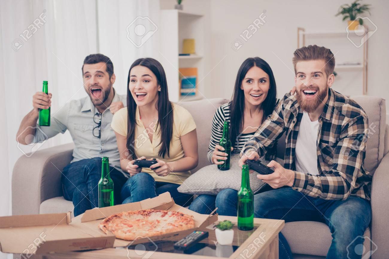 Emocionado Amigos Jugando A Juegos En Casa Acogedora Agradable