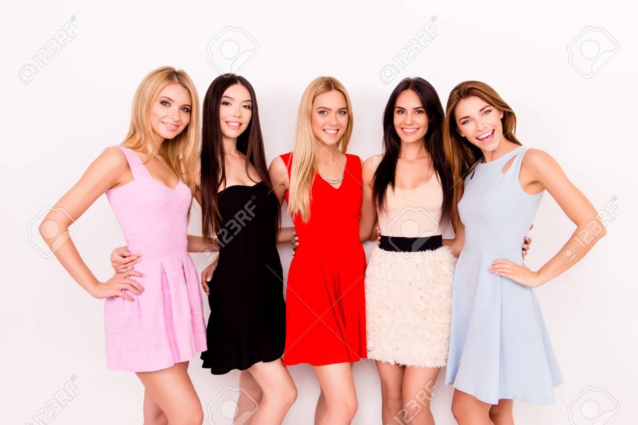 d2424f31b Cinco señoras lindas en vestidos de cóctel cortos coloridos están listos  para la fiesta de noche