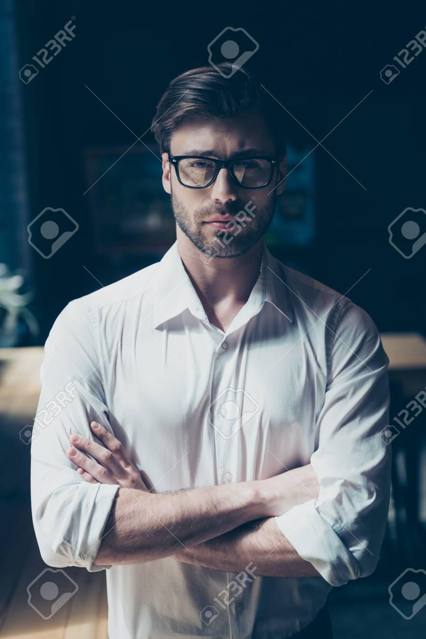 Successo giovane capo con setola, con gli occhiali, ben vestito. Così elegante e sorprendente, duro e maturo