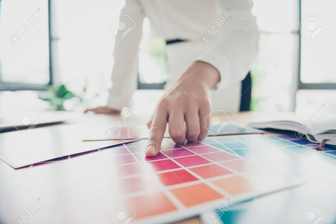 Test Architecte D Intérieur occupation créative. gros plan de la main d'une graphiste, architecte  d'intérieur, architecte, styliste, elle choisit les couleurs pour un  nouveau