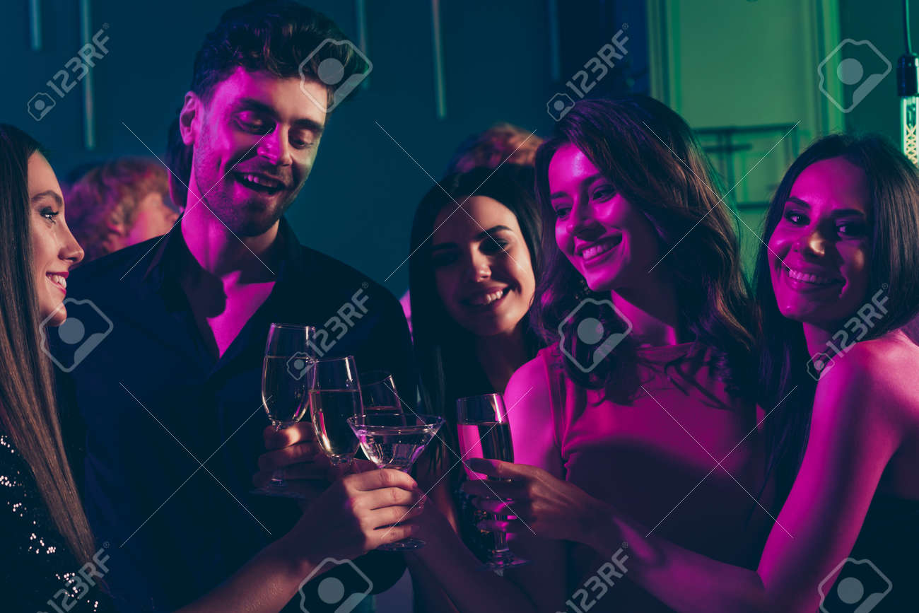 Photo portrait of students drinking champagne together clinking glasses in neon light - 158433955