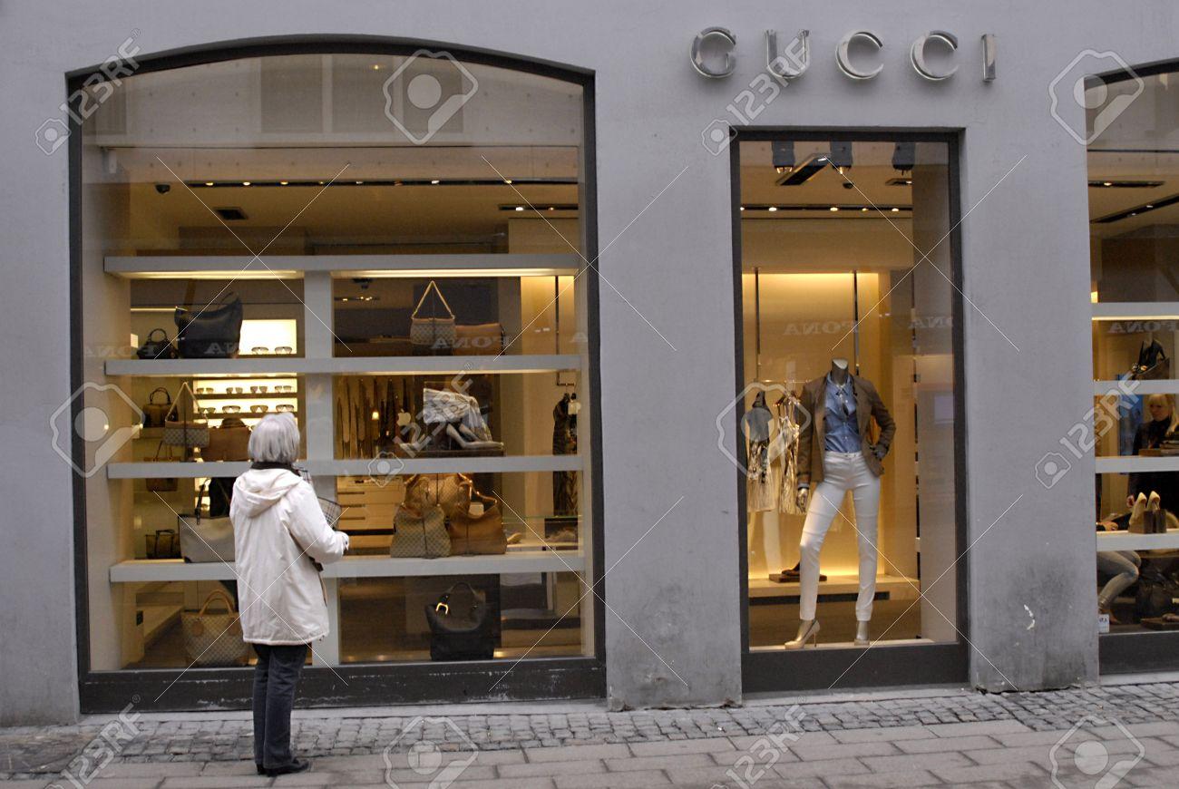 39963403005 DENMARK   COPENHAGEN   Gucci female window shopper for luxery items 2 March  2001 Stock Photo