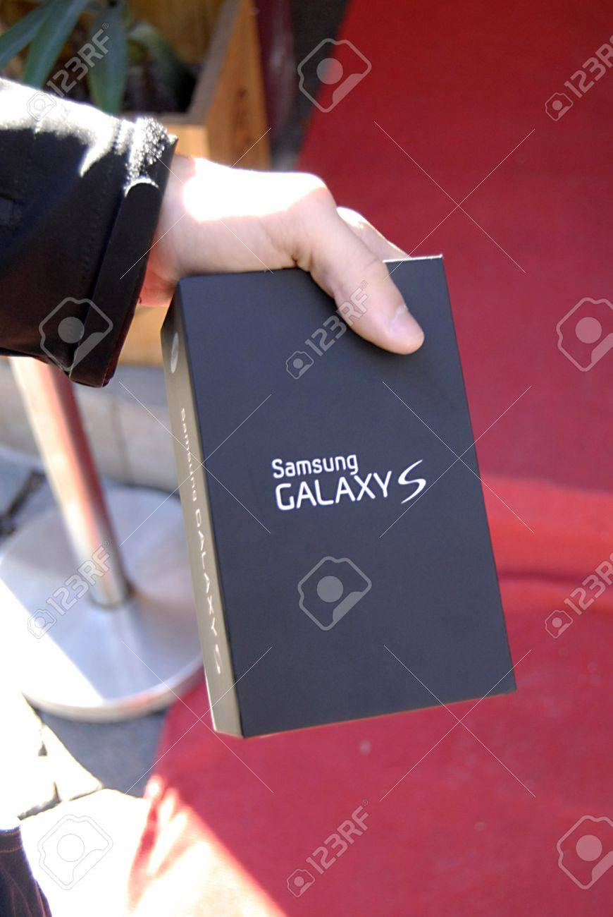 COPENHAGEN/DENMARK _Female show me samsung galaxys lll she bought at 3 cellphone shop , Samsung Galaxys lll good bargain smartphone 1 danks kroner less then 25 cents and 199.00 danish kroner for monthly including internet  female shows the samsung galaxy  Stock Photo - 15740693